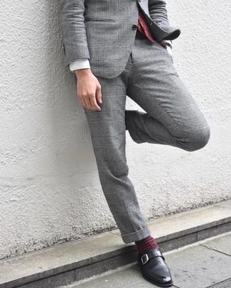"""Как и с чем носить: серый костюм в шотландскую клетку, белая классическая рубашка, черные кожаные монки, темно-красный галстук с """"огурцами"""""""