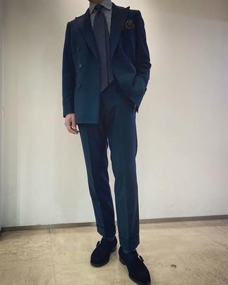 Мужские луки: Темно-бирюзовый костюм и бело-темно-синяя классическая рубашка в вертикальную полоску — прекрасный вариант для мероприятия в фешенебельном заведении. Говоря об обуви, можно закончить лук черными замшевыми монками.