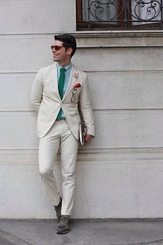 Как и с чем носить: бежевый костюм, мятная классическая рубашка в мелкую клетку, оливковые кожаные низкие кеды, зеленый галстук