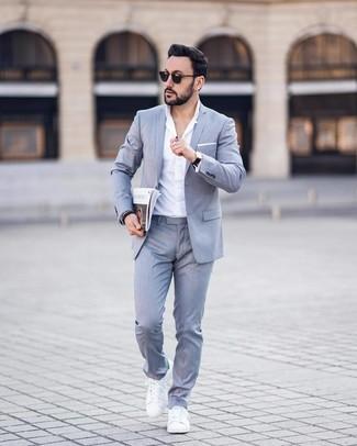 Как и с чем носить: серый костюм, белая классическая рубашка, белые кожаные низкие кеды, белый нагрудный платок