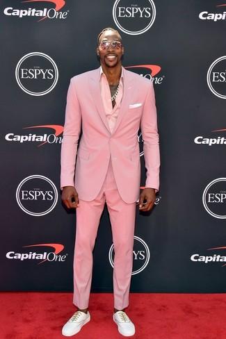 Как Dwight Howard носит Розовый костюм, Розовая классическая рубашка, Белые низкие кеды, Белый нагрудный платок