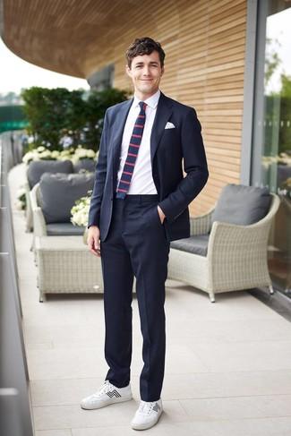Как и с чем носить: темно-синий костюм, белая классическая рубашка, белые кожаные низкие кеды, темно-синий галстук в горизонтальную полоску