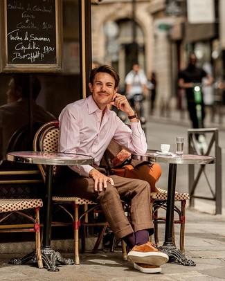 Розовая классическая рубашка в вертикальную полоску: с чем носить и как сочетать мужчине: Розовая классическая рубашка в вертикальную полоску и коричневый костюм в клетку помогут создать выразительный мужской образ. Чтобы привнести в лук толику фривольности , на ноги можно надеть табачные замшевые низкие кеды.