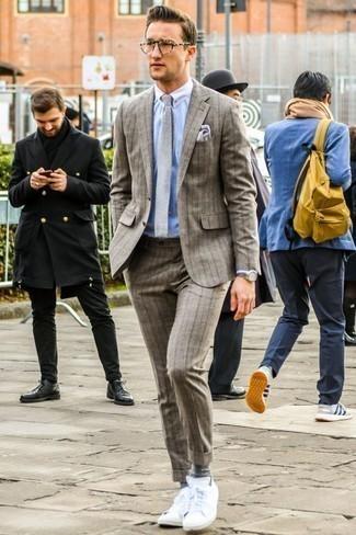 Классическая рубашка: с чем носить и как сочетать мужчине: Несмотря на то, что это довольно-таки консервативный образ, образ из классической рубашки и коричневого шерстяного костюма в вертикальную полоску всегда будет выбором стильных мужчин, неизбежно пленяя при этом сердца прекрасных дам. Почему бы не привнести в этот лук чуточку небрежности с помощью белых низких кед?