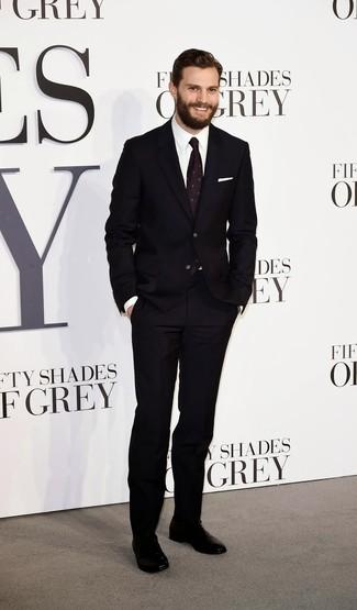 Как Jamie Dornan носит Черный костюм, Белая классическая рубашка, Черные кожаные оксфорды, Темно-пурпурный галстук с принтом