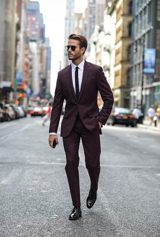 Модный лук: темно-пурпурный костюм, белая классическая рубашка, черные кожаные оксфорды, черный галстук