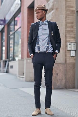 Как и с чем носить: темно-серый костюм, серая классическая рубашка в шотландскую клетку, бежевые замшевые оксфорды, светло-коричневая шерстяная шляпа