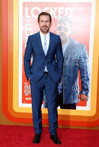 Как Ryan Gosling носит Темно-синий костюм, Белая классическая рубашка, Черные кожаные оксфорды, Голубой галстук