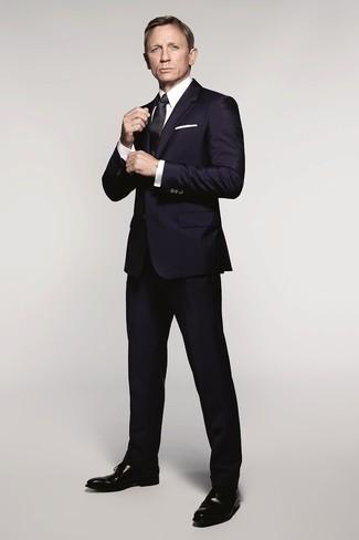 Как Daniel Craig носит Темно-синий костюм, Белая классическая рубашка, Черные кожаные оксфорды, Черный шелковый галстук
