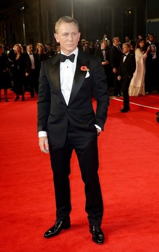 Как Daniel Craig носит Черный костюм, Белая классическая рубашка, Черные кожаные оксфорды, Черный галстук-бабочка