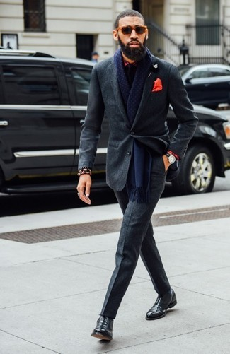 Как и с чем носить: темно-серый шерстяной костюм, красная классическая рубашка в шотландскую клетку, черные кожаные оксфорды, черный галстук