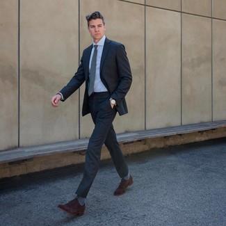 Как и с чем носить: темно-серый костюм, голубая классическая рубашка, темно-коричневые замшевые оксфорды, серый галстук