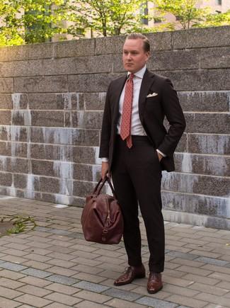 Как и с чем носить: темно-коричневый костюм, белая классическая рубашка, коричневые кожаные оксфорды, коричневая кожаная дорожная сумка