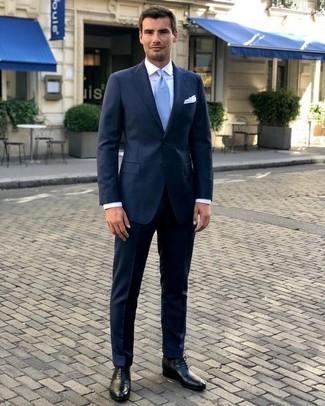 Как и с чем носить: темно-синий костюм, белая классическая рубашка, черные кожаные оксфорды, голубой галстук
