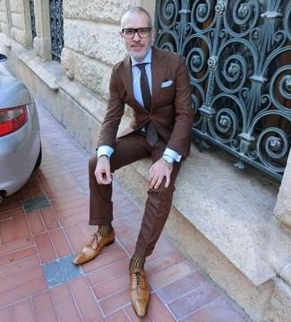 Как и с чем носить: темно-коричневый костюм, голубая классическая рубашка, светло-коричневые кожаные оксфорды, темно-коричневый галстук в горошек
