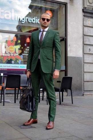 Как и с чем носить: темно-зеленый костюм, белая классическая рубашка, темно-коричневые кожаные оксфорды, черный кожаный портфель