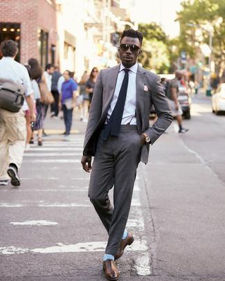 Как и с чем носить: серый костюм, белая классическая рубашка, коричневые кожаные оксфорды, черный вязаный галстук