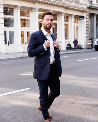 Как и с чем носить: темно-синий костюм в клетку, белая классическая рубашка, табачные кожаные оксфорды, черные кожаные часы