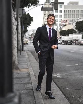 Как и с чем носить: черный костюм, светло-фиолетовая классическая рубашка, черные кожаные оксфорды, пурпурный галстук