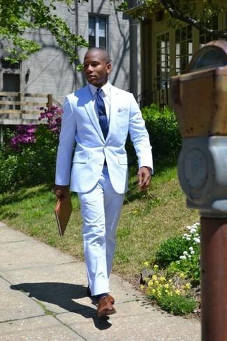 Голубой костюм: с чем носить и как сочетать: В голубом костюме и белой классической рубашке можно сводить девушку в дорогой ресторан или на премьеру в театр. Коричневые кожаные оксфорды неплохо дополнят этот лук.