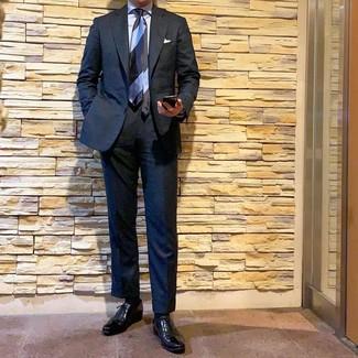 Как и с чем носить: черный костюм, голубая классическая рубашка, черные кожаные оксфорды, голубой галстук в горизонтальную полоску