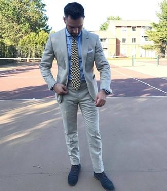 Как и с чем носить: серый костюм, голубая классическая рубашка, темно-синие замшевые оксфорды, черно-белый галстук с принтом