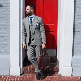 Коричневый кожаный портфель: с чем носить и как сочетать: Поклонникам расслабленного стиля понравится сочетание серого шерстяного костюма и коричневого кожаного портфеля. Почему бы не привнести в этот лук на каждый день толику консерватизма с помощью темно-коричневых замшевых оксфордов?