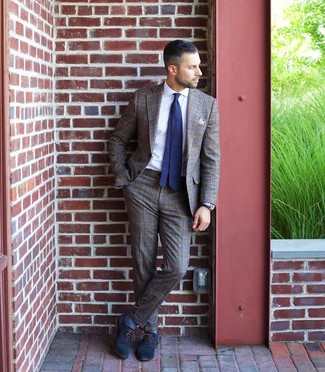 Как и с чем носить: коричневый костюм в шотландскую клетку, белая классическая рубашка, темно-синие кожаные оксфорды, темно-сине-белый галстук в горошек