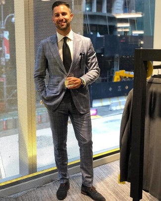 Как и с чем носить: серый костюм в шотландскую клетку, белая классическая рубашка, темно-синие замшевые оксфорды, черный галстук