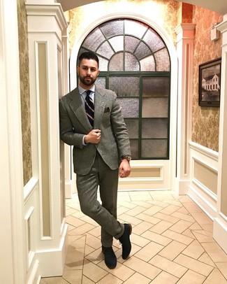 Как и с чем носить: серый шерстяной костюм, голубая классическая рубашка, темно-синие замшевые оксфорды, темно-синий галстук в вертикальную полоску