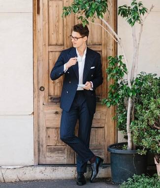 Как и с чем носить: темно-синий костюм в вертикальную полоску, белая классическая рубашка, черные кожаные оксфорды, белый нагрудный платок