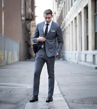 Как и с чем носить: темно-серый костюм, белая классическая рубашка, черные кожаные оксфорды, черный галстук