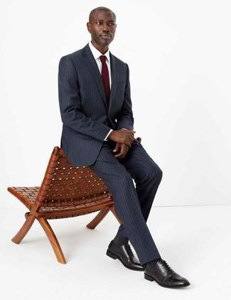 Как и с чем носить: темно-серый костюм в вертикальную полоску, белая классическая рубашка, черные кожаные оксфорды, темно-красный галстук