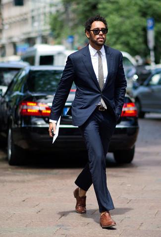 Темно-синий костюм: с чем носить и как сочетать: Комбо из темно-синего костюма и белой классической рубашки поможет составить выразительный мужской лук. В паре с этим ансамблем наиболее гармонично будут смотреться коричневые кожаные оксфорды.