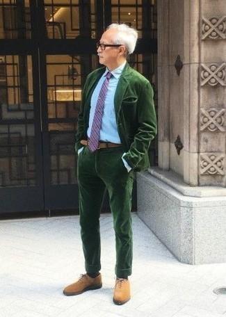 Темно-зеленый костюм: с чем носить и как сочетать: Несмотря на то, что это довольно-таки выдержанный лук, дуэт темно-зеленого костюма и голубой классической рубашки является постоянным выбором современных джентльменов, пленяя при этом сердца прекрасных дам. В тандеме с этим луком органично будут смотреться табачные замшевые оксфорды.