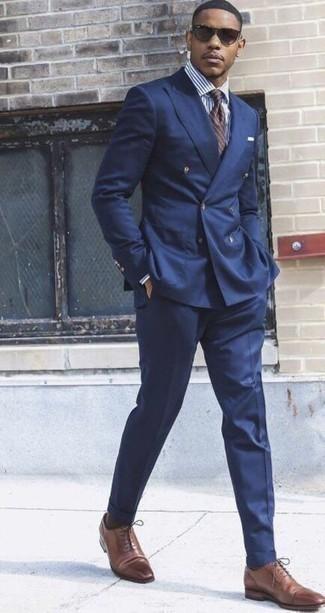 Коричневый галстук в горизонтальную полоску: с чем носить и как сочетать мужчине: Несмотря на то, что это весьма консервативный образ, дуэт темно-синего костюма и коричневого галстука в горизонтальную полоску всегда будет выбором стильных молодых людей, непременно пленяя при этом сердца барышень. Любишь рисковать? Тогда заверши образ коричневыми кожаными оксфордами.