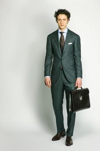 Темно-зеленый костюм: с чем носить и как сочетать: Несмотря на то, что это классический лук, образ из темно-зеленого костюма и голубой классической рубашки всегда будет нравиться стильным мужчинам, неминуемо пленяя при этом сердца барышень. Темно-коричневые кожаные оксфорды станут классным дополнением к твоему образу.
