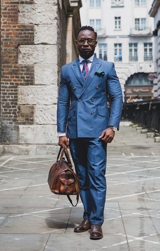 Коричневая кожаная дорожная сумка: с чем носить и как сочетать мужчине: Несмотря на свою несложность, лук из синего костюма и коричневой кожаной дорожной сумки приходится по вкусу стильным мужчинам, а также покоряет дамские сердца. Хотел бы сделать ансамбль немного строже? Тогда в качестве дополнения к этому образу, выбери темно-коричневые кожаные оксфорды.