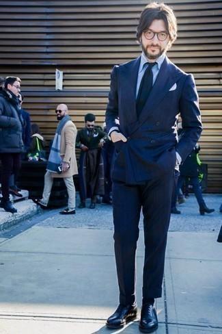 Черные кожаные оксфорды: с чем носить и как сочетать: Несмотря на то, что это достаточно сдержанный лук, ансамбль из темно-синего костюма в вертикальную полоску и голубой классической рубашки приходится по душе стильным молодым людям, а также пленяет дамские сердца. В тандеме с этим образом наиболее уместно будут выглядеть черные кожаные оксфорды.
