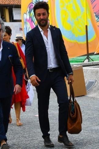 Черные кожаные оксфорды: с чем носить и как сочетать: В темно-синем костюме и белой классической рубашке можно пойти на свидание в дорогой ресторан или на премьеру в театр. Черные кожаные оксфорды станут отличным завершением твоего образа.