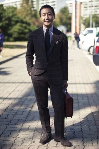 Темно-коричневые замшевые оксфорды: с чем носить и как сочетать: Несмотря на то, что этот образ довольно-таки классический, ансамбль из темно-коричневого костюма в клетку и бело-темно-синей классической рубашки в вертикальную полоску всегда будет по душе джентльменам, неминуемо пленяя при этом сердца представительниц прекрасного пола. Если ты предпочитаешь смелые настроения в своих ансамблях, заверши этот темно-коричневыми замшевыми оксфордами.