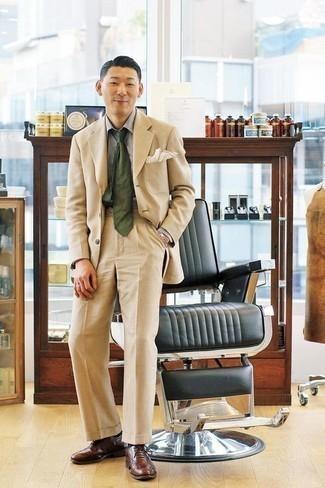 Бежевый костюм: с чем носить и как сочетать: Несмотря на то, что этот образ весьма классический, дуэт бежевого костюма и серой классической рубашки является постоянным выбором современных джентльменов, неизбежно покоряя при этом сердца прекрасных дам. В сочетании с этим луком наиболее удачно выглядят коричневые кожаные оксфорды.