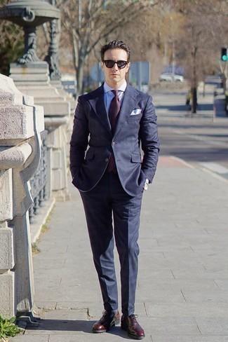 Темно-красный галстук: с чем носить и как сочетать мужчине: Комбо из темно-синего костюма и темно-красного галстука позволит воплотить строгий деловой стиль. темно-красные кожаные оксфорды добавят облику расслабленности и беззаботства.