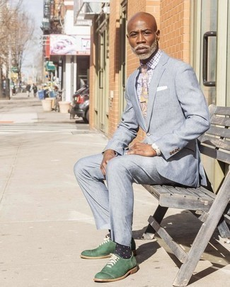 Темно-сине-белые носки в горошек: с чем носить и как сочетать мужчине: Подыскивая образ для вечера в кино или кафе с дамой сердца, обрати внимание на сочетание голубого костюма и темно-сине-белых носков в горошек. Если ты предпочитаешь смелые решения в своих образах, дополни этот темно-зелеными кожаными оксфордами.