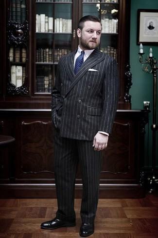 Темно-сине-белый галстук в горошек: с чем носить и как сочетать мужчине: Несмотря на то, что этот ансамбль кажется весьма выдержанным, ансамбль из темно-серого костюма в вертикальную полоску и темно-сине-белого галстука в горошек приходится по душе стильным мужчинам, а также пленяет сердца дам. В сочетании с этим образом наиболее выигрышно смотрятся черные кожаные оксфорды.