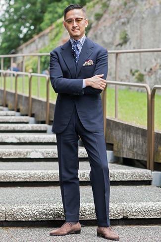 С чем носить темно-сине-белый галстук в горошек мужчине: Несмотря на то, что этот ансамбль выглядит довольно сдержанно, лук из темно-синего костюма и темно-сине-белого галстука в горошек всегда будет нравиться джентльменам, неминуемо пленяя при этом дамские сердца. Любишь дерзкие сочетания? Тогда дополни свой образ коричневыми замшевыми оксфордами.