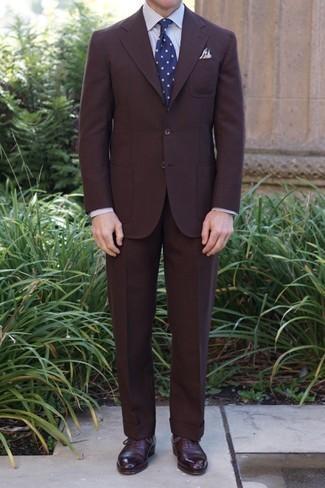 С чем носить темно-сине-белый галстук в горошек мужчине: Несмотря на то, что этот лук кажется довольно сдержанным, образ из темно-коричневого костюма и темно-сине-белого галстука в горошек неизменно нравится стильным мужчинам, а также покоряет сердца девушек. Любители незаезженных вариантов могут закончить лук темно-красными кожаными оксфордами.