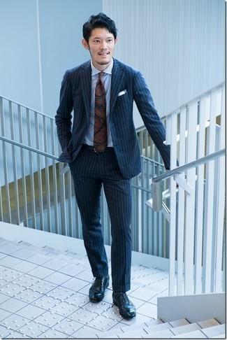 С чем носить темно-серые носки мужчине: Лук из темно-синего костюма в вертикальную полоску и темно-серых носков позволит составить нескучный мужской лук в стиле кэжуал. И почему бы не привнести в повседневный ансамбль толику элегантности с помощью темно-синих кожаных оксфордов?