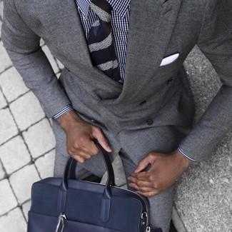 Как и с чем носить: серый костюм, бело-темно-синяя классическая рубашка в мелкую клетку, темно-синий кожаный портфель, темно-синий галстук в горизонтальную полоску