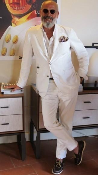 Модные мужские луки 2020 фото: Несмотря на то, что это классический ансамбль, тандем белого костюма и белой классической рубашки в клетку является постоянным выбором современных джентльменов, неизменно пленяя при этом сердца представительниц прекрасного пола. Что касается обуви, можно отдать предпочтение функциональности и надеть темно-коричневые кожаные топсайдеры.